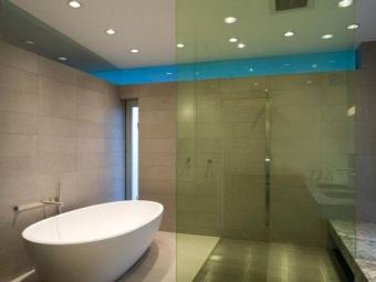Установка встроенных светильников для ванной