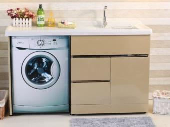 Свободностоящий шкаф для стиральной машины в ванной комнате