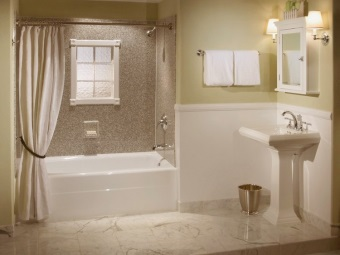 Текстильная бежевая шторка в ванну