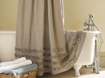 Тканевые двухцветные шторы в ванной - уход за ними