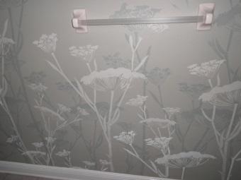 Украшение стен в ванной при помощи техники декупаж