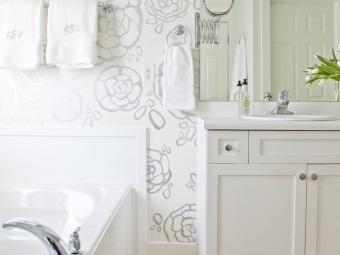 Трафаретный рисунок в ваде крупшых цветков на стене в ванной