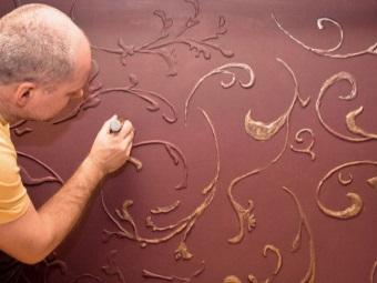 Объемная роспись золотой краской по трафарету на стене в ванной
