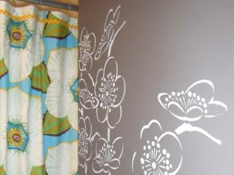 Белая краска для трафаретной росписи на стенах ванной