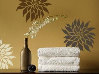 Темная краска для трафаретной росписи стен ванной комнаты