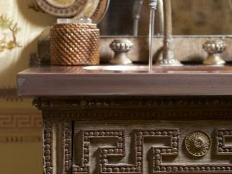 Греческие узоры на мебели в ванной комнате