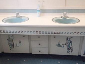 Греческие фрески на мебели в ванной комнате в качестве декора