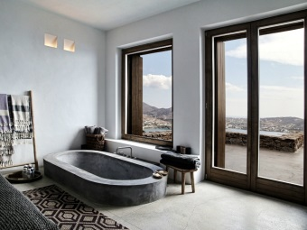 Большие окна в качестве естественного освещения в ванной в греческом стиле