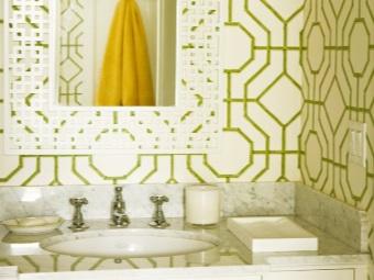 Мраморная раковина и греческие узоры на стенах в ванной