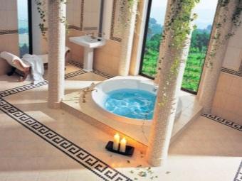 Греческий стиль в ванной комнате - просторная ванная с колоннами облицованными плиткой мозаикой