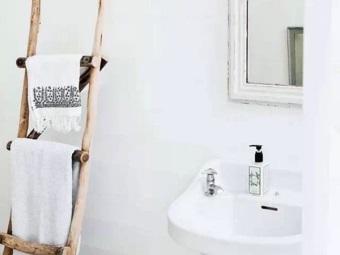 Самодельная лестница для сушки полотенец в ванной комнате в скандинавском стиле