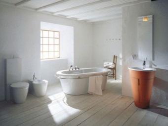 Белая ванна и оранжевая раковина для ванной в скандинавском стиле