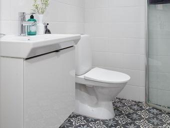 Белая сантехника и белая мебель в скандинавской ванной