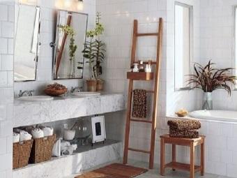 Деревянные предметы мебели в белой ванной комнате в скандинавском стиле