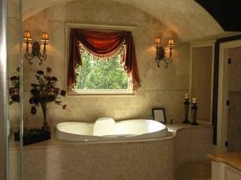 Темные тяжелые красные шторы в бежевом интерьере ванной комнаты в  стиле барокко