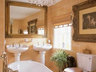 Стиль барокко в ванной комнате с картинами и большими зеркалами
