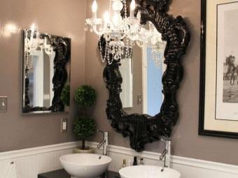 Раковины  и зеркало в ванной комнате в стиле барокко