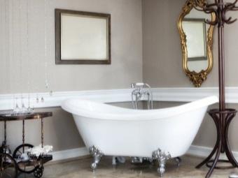 Белая ванна на лапах в ванной комнате в стиле барокко