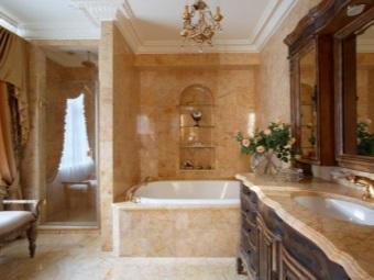 Люстра в коричневой ванной в стиле барокко