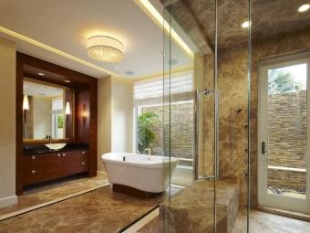 Ванная в стиле барокко отделанной мрамором и стеклом