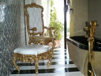 Мебель и сантехника для ванной комнаты в стиле барокко