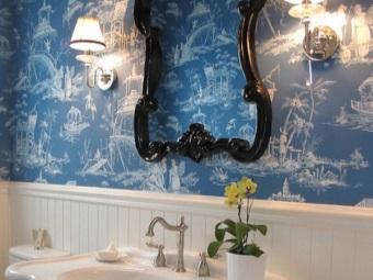 Яркие синие стены в ванной в стиле барокко