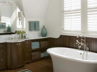 Ванная в стиле барокко - белые стены в сочетание с деревянной мебелью