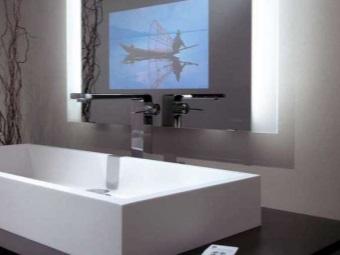 Кран для раковины в ванной в стиле хай-тек и зеркало с телевизором
