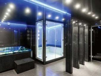 Яркое точечной освещение в темной ванной в стиле хай-тек