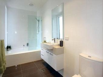 Прямоугольная белая керамическая плитка для отделки стен ванной комнаты в стиле хай-тек и темная крупная плитка на пол