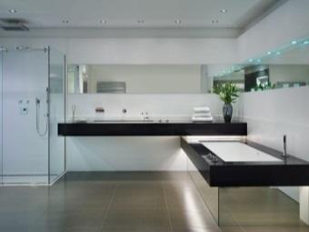 Прямоугольная зеркальная ванна в ванной комнате в стиле хай-тек