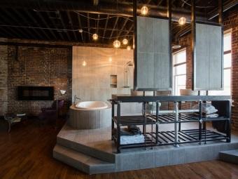 Ванная комната на чердаке без отделки стен в стиле лофт
