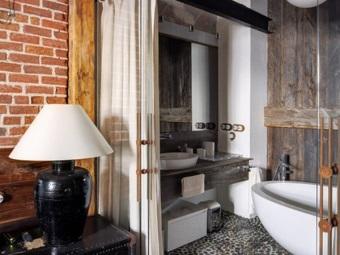 Настольный светильник в ванной в стиле лофт