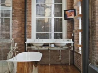 Ванная в стиле лофт - стальная ванна, большие окна, кирпичные стены