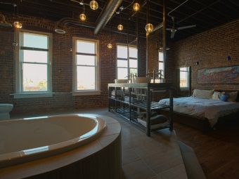 Ванная и спальня в одной комнате в стиле лофт - отсутствие отделки стен, открытые коммуникации