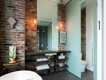Ванная в стиле лофт - кирпичные стены без отделки, стеклянные перегородки, большое зеркало