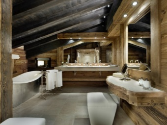 Натуральные каменные плиты на пол, деревянные стены в ванной комнате в стиле шале