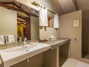 Простой геометрической формы каменные раковины в ванной в стиле шале