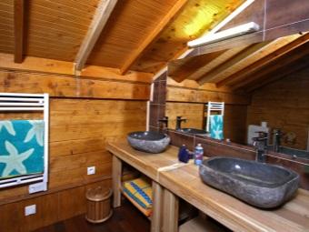 Раковины из камня в ванной комнате в стиле шале