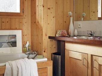 Декоративные элементы в виде картин, ваз в ванной в стиле шале