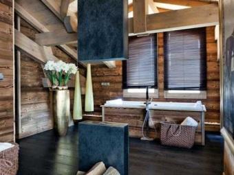 Ванная в стиле шале - основные материалы - натуральные камень и дерево