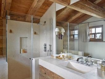 Стиль шале в ванной - дерево, стекло