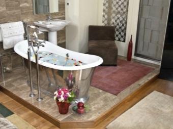 Установленная железная ванна
