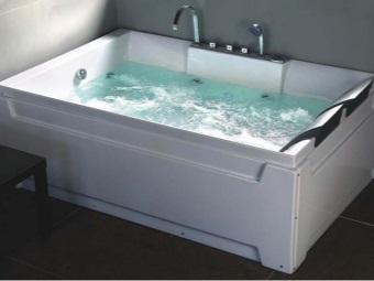 Ванна с водой с функциями гидромассажа