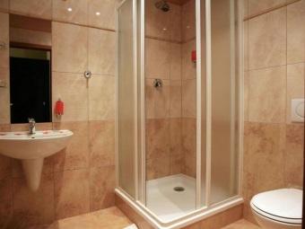 Простая душевая кабина для ванной комнаты небольшого размера