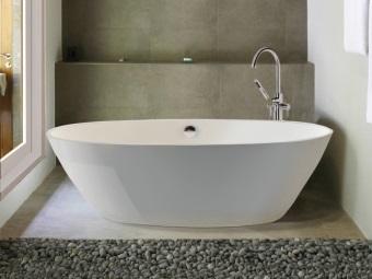 Оавльная белая ванна для небольшой ванной комнаты