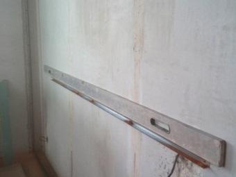 Сооружение каркаса из металлического профиля в ванной для ниши