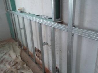 Каркас из металлического профиля под нишу в ванной комнате