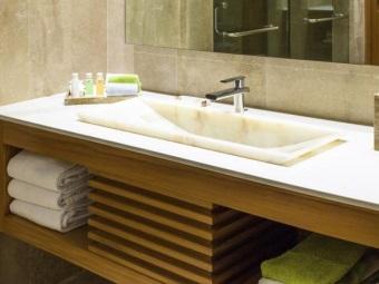 Подвесная тумба со встраиваемой раковиной из натурального камня для ванной комнаты - ее достоинства