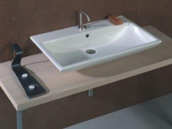 Накладной умывальник прямоугольной формы белого цвета шириной 60см в ванной